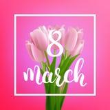 Cartão do dia da mulher 8 de março fundo do feriado Ramalhete e caligrafia das tulipas Fotografia de Stock