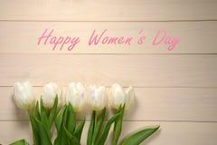 Cartão do dia das mulheres Tulipas brancas no fundo de madeira Fotografia de Stock