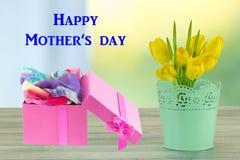 cartão do dia de mães Flores e caixa de presente imagem de stock royalty free