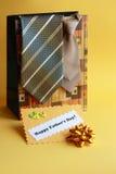 Cartão do dia de pais e presentes - foto conservada em estoque Fotografia de Stock