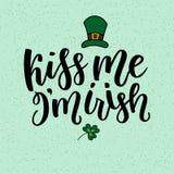 Cartão do dia de Patricks de Saint com as folhas e texto verdes sparkled do trevo Inscrição - beije-me, mim são irlandês ST Fotografia de Stock