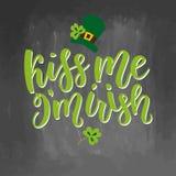 Cartão do dia de Patricks de Saint com as folhas e texto verdes sparkled do trevo Inscrição - beije-me, mim são irlandês ST Foto de Stock Royalty Free