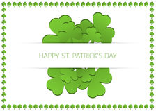 Cartão do dia de St Patrick feliz com trevos Imagens de Stock Royalty Free