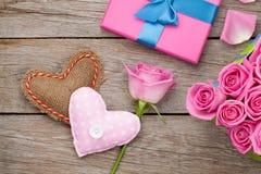 Cartão do dia de Valentim com a caixa de presente completa de rosas e do handmad cor-de-rosa imagens de stock royalty free