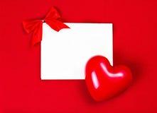 Cartão do dia de Valentim com copyspace para o texto de cumprimento na parte traseira do vermelho Fotografia de Stock