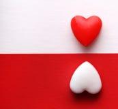 Cartão do dia de Valentim. Dois corações sobre os fundos brancos e vermelhos. Fotos de Stock Royalty Free