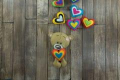 Cartão do dia de Valentim Teddy Bear e corações coloridos Fotografia de Stock Royalty Free