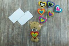 Cartão do dia de Valentim Teddy Bear e corações coloridos Fotos de Stock