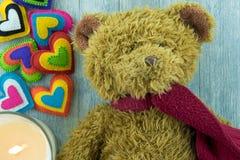 Cartão do dia de Valentim Teddy Bear e corações coloridos Imagens de Stock Royalty Free