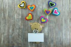Cartão do dia de Valentim Teddy Bear e corações coloridos Imagem de Stock