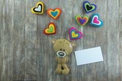 Cartão do dia de Valentim Teddy Bear e corações coloridos Fotos de Stock Royalty Free