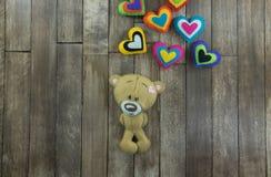 Cartão do dia de Valentim Teddy Bear e corações coloridos Imagens de Stock