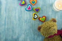 Cartão do dia de Valentim Teddy Bear e corações coloridos Fotografia de Stock