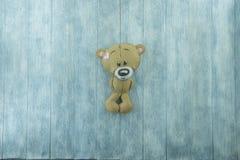 Cartão do dia de Valentim Urso de peluche no fundo de madeira Fotografia de Stock Royalty Free