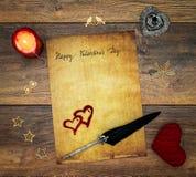 Cartão do dia de Valentim do vintage com coração vermelho do afago, decorações de madeira, cervo pintado, vela e tinta vermelha e foto de stock royalty free