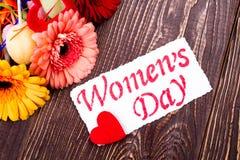 Cartão do dia do ` s das mulheres com coração Fotos de Stock