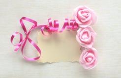 Cartão do dia do ` s das mulheres, placa cor-de-rosa da fita, a cor-de-rosa e a de papel Foto de Stock
