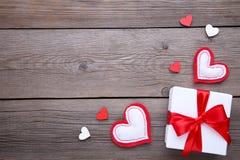 Cartão do dia dos Valentim Corações de Handmaded no fundo cinzento foto de stock