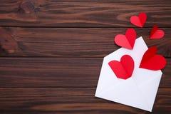 Cartão do dia dos Valentim Corações vermelhos de Handmaded no envelope no fundo branco imagem de stock royalty free