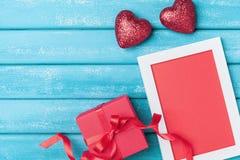 Cartão do dia dos Valentim Quadro, caixa de presente e coração vermelho na opinião superior do fundo de madeira de turquesa Fotos de Stock