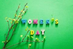 Cartão do dia do ` s das mulheres Rotulação com ramos de árvore do vidoeiro Fotos de Stock