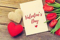 Cartão do dia tulipas e do ` vermelhos s do Valentim Fotos de Stock Royalty Free