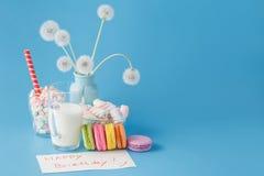 Cartão do feliz aniversario com bolinhos de amêndoa coloridos Imagens de Stock