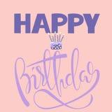 Cartão do feliz aniversario com bolo e velas Rotulação do aniversário do vetor no fundo cor-de-rosa EPS10 ilustração do vetor