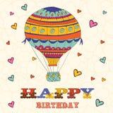 Cartão do feliz aniversario com o balão de ar quente e Fotografia de Stock