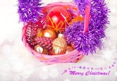 Cartão do Feliz Natal com cesta Imagens de Stock Royalty Free