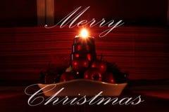 Cartão do Feliz Natal com o castiçal caseiro do Natal Uma de quatro velas que queimam e que mostram raios bonitos desejo fotografia de stock royalty free