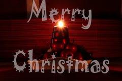 Cartão do Feliz Natal com o castiçal caseiro do Natal Uma de quatro velas que queimam e que mostram raios bonitos desejo fotos de stock royalty free