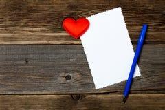 Cartão do feriado placa vazia, pena e coração vermelho Foto de Stock Royalty Free