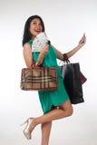 Cartão do gastar dinheiro e de crédito da mulher de Shopaholic para o artigo marcado fotos de stock