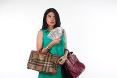 Cartão do gastar dinheiro e de crédito da mulher de Shopaholic para o artigo marcado imagens de stock