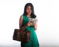 Cartão do gastar dinheiro e de crédito da mulher de Shopaholic para o artigo marcado fotografia de stock royalty free