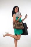 Cartão do gastar dinheiro e de crédito da mulher de Shopaholic para o artigo marcado fotografia de stock