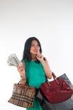 Cartão do gastar dinheiro e de crédito da mulher de Shopaholic para o artigo marcado foto de stock