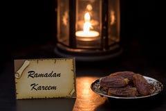 Cartão do kareem da ramadã com datas e lanterna Fotos de Stock Royalty Free