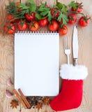 Cartão do menu do Feliz Natal Tomates, alho, salsa e especiarias no fundo de madeira com espaço para o texto Imagens de Stock