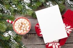 Cartão do Natal com árvore de abeto e chocolate quente com março Foto de Stock