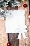Cartão do Natal com a árvore vermelha da bola e de Natal no fundo de madeira Vista superior Foto de Stock