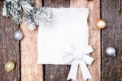 Cartão do Natal com a árvore vermelha da bola e de Natal no fundo de madeira Vista superior Imagem de Stock