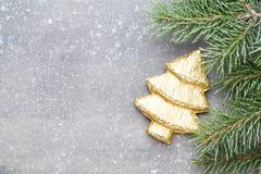 Cartão do Natal com as decorações do ouro do Natal Fotografia de Stock Royalty Free