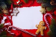 Cartão do Natal; decoração da árvore de Natal no vermelho Fotos de Stock Royalty Free