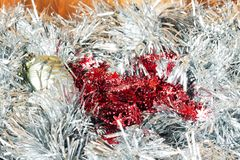 Cartão do Natal feito do ouropel de prata com as bolas de prata do Natal, e flocos de neve vermelhos Imagens de Stock Royalty Free
