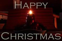Cartão do Natal feliz com o castiçal caseiro do Natal Uma de quatro velas que queimam e que mostram raios bonitos desejo fotografia de stock