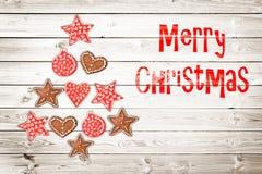 Cartão do Natal, ornamento rústicos no fundo de madeira das pranchas na forma de uma árvore de Natal Imagem de Stock Royalty Free