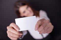Cartão do presente Mulher entusiasmado que mostra a sagacidade vazia vazia do sinal do cartão de papel Imagem de Stock Royalty Free