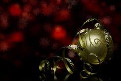 Cartão do ` s do Natal e do ano novo Decorações em uma superfície preta da reflexão de espelho Fotografia de Stock Royalty Free
